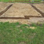 Właśnie trwa kopanie fundamentu pod taras